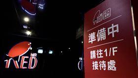 香港卡拉OK爆發群聚感染  專家籲關閉香港昨天爆發一起卡拉OK群聚感染武漢肺炎事件,一場7人聚會有5人確診,專家建議港府關閉類似場所。圖為涉事暫停營業的卡拉OK房。(中通社提供)中央社  109年4月1日