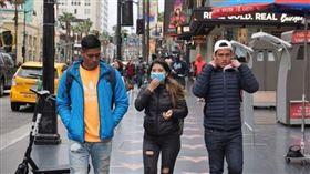 洛杉磯市1日領先全美各地,率先建議市民戴口罩防疫。圖為好萊塢星光大道上遊客戴著口罩。(中央社檔案照片)