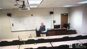 教授為了不顯尷尬,便在課桌椅上擺放木偶陪伴。(圖/翻攝自@macho_montana 推特)