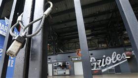▲大聯盟因為武漢肺炎疫情延後開季,圖為金鶯球場大門深鎖。(圖/美聯社/達志影像)