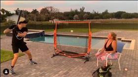 ▲佛羅瑞斯(Wilmer Flores)在自家後院練打,媽媽幫忙餵球。(圖/翻攝自Wilmer Flores IG)