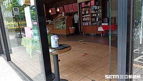 萬芳醫院星巴克為了社交距離撤除內用桌椅。(圖/讀者提供)