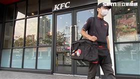 肯德基所有服務人員及外送人員皆全程配戴口罩