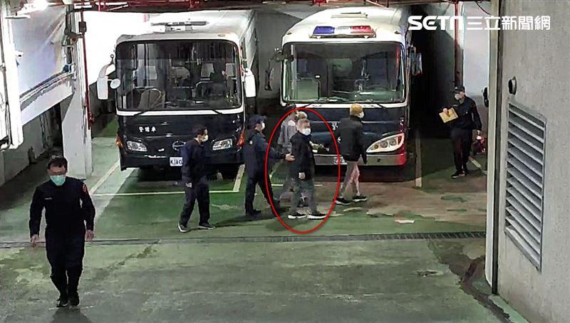 遠航董座張綱維遭收押 上囚車畫面曝