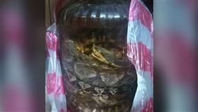 娘家發現「蛇酒」 網一看蛇種全驚呆(圖/翻攝自爆廢公社)