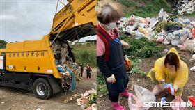 苗栗婦人丟10萬,徒手翻找垃圾堆/翻攝畫面
