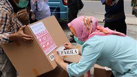 印尼生產的防疫箱出廠印尼美妝公司BLP Beauty資助生產的醫護人員防疫箱3日出貨。BLP Beauty員工忙著整理100個箱子,將箱子裝上小巴士,分送給雅加達的25家醫院。中央社記者石秀娟雅加達攝  109年4月3日