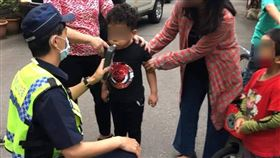 5歲童騎腳踏車撞特斯拉 警方到場酒測台中市大里區一名5歲男童3日傍晚騎腳踏車撞到百萬特斯拉電動車,楊姓車主報案後,警方到場為男童進行酒測。(楊姓車主提供)中央社記者郝雪卿傳真 109年4月4日