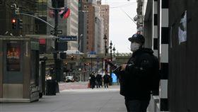 紐約市防疫新方針 建議民眾出門罩口鼻紐約市政府2日宣布防疫新方針,建議民眾出門以圍巾或其他創意方式罩住口鼻,圖為曼哈頓中城行人戴口罩防疫。中央社記者尹俊傑紐約攝 109年4月3日