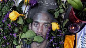 球迷追思布萊恩(2)前美國職籃NBA洛杉磯湖人傳奇球星布萊恩(Kobe Bryant)26日不幸墜機過世,來自世界各地的球迷在湖人主場史泰博中心(Staples Center)周邊擺上布萊恩的照片及花束等,表達懷念之情。中央社記者王騰毅洛杉磯攝  109年1月29日