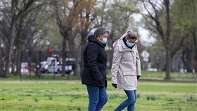 武漢肺炎肆虐 美國戴口罩民眾增加美國武漢肺炎確診數急遽增加,疫情惡化速度之快,讓原先普遍不相信口罩防疫功效的美國民眾,都開始紛紛戴上口罩。中央社記者徐薇婷華盛頓攝 109年4月5日