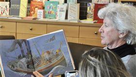 疫情當前好讀書  美兒童書店推線上讀書會美國疫情嚴峻,矽谷一家獨立兒童書店自3月15日起,把原本面對面形式的故事時間(Storytimes)改成線上直播,嘗試建立網路的讀書社群。圖攝於3月15日菩提樹書店(Linden Tree Books)的直播讀書會。中央社記者周世惠舊金山攝 109年4月5日