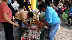 泰國志工將募集物資搬上推車