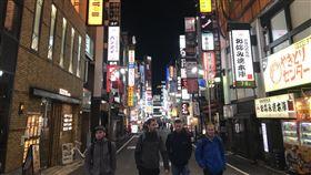 東京鬧區 週末有外籍觀光客沒戴口罩武漢肺炎疫情在日本擴大,日本政府被批評沒廣泛實施病毒篩檢,原因之一是為了如期舉辦原訂7月開幕的東京奧運。東奧3月底已決定延至明年7月23日開幕。中央社記者楊明珠東京攝 109年4月5日
