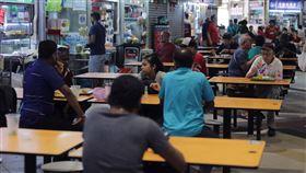 新加坡小印度餐飲場所保持社交距離新加坡推動改變社交習慣的保持安全距離措施,小印度竹腳中心(Tekka Centre)裡,雖也有外勞用餐,但享受傳統印度料理之餘,均保持社交安全距離。中央社記者黃自強新加坡攝 109年3月29日