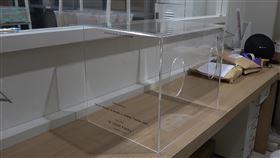 印尼改良版的台灣設計防疫箱台灣醫師賴賢勇設計的武漢肺炎「防疫箱」日前在印尼出廠,印尼唐格朗市西羅姆醫院的醫師團隊稍作改良,更方便醫師使用,也擴大它的功能。中央社記者石秀娟雅加達攝  109年4月5日