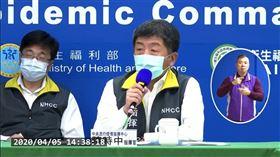 周志浩(左後)被眼尖網友捕捉到疑似打瞌睡。(圖/翻攝自指揮中心記者會直播)