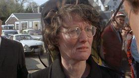 好萊塢女星李費耶羅(Lee Fierro)1975年在驚悚片《大白鯊》(Jaws)演出被鯊魚吃掉的小男孩的母親/因武漢肺炎(COVID-19、新冠肺炎)引起併發症病逝,享耆壽91歲。翻攝YouTube