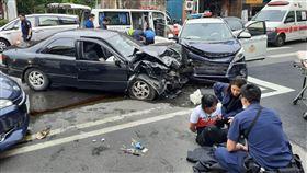 雲林斗六家樂福前「警匪槍戰」 現場三車對撞傳多人受傷(圖/翻攝畫面)