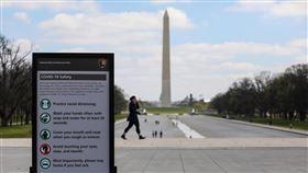 美國成全球最大疫區 知名地標擺上防疫須知美國首都華盛頓的林肯紀念堂以往吸引不少遊客及當地民眾駐留,但由於武漢肺炎肆虐全美,紀念堂前方國家廣場不只擺上防疫須知,也空曠許多。中央社記者徐薇婷華盛頓攝 109年4月5日