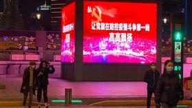 中國官方的抗疫宣傳  難挽回民眾逝去的信任武漢肺炎疫情爆發後,中國官方發起大規模宣傳,在海內外塑造「抗疫大國」的形象,鞏固中共地位。圖為15日晚間外灘街道上的宣傳,強調中共在防疫中的領導地位。中央社記者沈朋達上海攝  109年3月18日