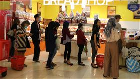 印尼社交距離尚未落實武漢肺炎疫情升溫,雅加達許多商家貼出標示提醒民眾保持社交距離,但有賴民眾自律。圖為雅加達一家商場店家4月1日一景。中央社記者石秀娟雅加達攝  109年4月6日