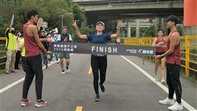 完賽合照  (左一)公益計畫主持人知名導演葉天倫、(右一)總教練最速總經理王冠翔。(圖/社會永續發展推廣協會提供)