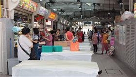 新加坡傳統市場執行社交安全措施新加坡從7日起執行更嚴格的社交安全距離措施,遏止武漢肺炎疫情擴散,傳統市場與庶民美食中心少了昔日喧鬧聲音。中央社記者黃自強新加坡攝 109年4月7日