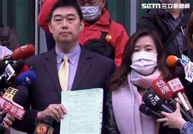 ▲王淺秋、葉慶元到台北高等行政法院遞狀,要求停止罷韓案投票。