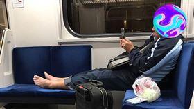 臭腳,區間車,火車,口罩,武漢肺炎(翻攝自 爆怨公社)