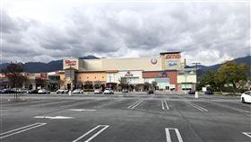 加州防疫 電影院關門加州採取居家隔離防疫,關閉電影院、內用餐廳等非民生必需的營業場所。圖為影城外空蕩蕩的停車場。中央社記者林宏翰洛杉磯攝 109年4月9日