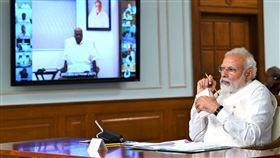 印度總理8日透過視訊會議,與國會各黨派領袖互動,討論武漢肺炎疫情及是否延長全國封鎖期的議題。(印度總理辦公室提供)中央社記者康世人新德里傳真 109年4月8日