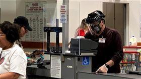 洛杉磯加強防疫 要求超市員工戴口罩洛杉磯市長賈西迪(Eric Garcetti)7日宣布提升防疫措施,要求超市賣場的員工必須戴口罩。圖為賣場收銀員自備口罩、面罩。中央社記者林宏翰洛杉磯攝109年4月9日