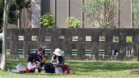 陽光露臉 民眾外出野餐大陸冷氣團15日帶來乾冷空氣,白天陽光露臉、氣溫回升,民眾帶著家人在公園野餐曬太陽。中央社記者鄭傑文攝 109年3月15日
