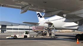 芬蘭衛生與社會事務部長佩科寧(Aino-Kaisa Pekonen)7日在推特放了一張照片,顯示芬蘭訂購200萬片外科手術用口罩和23萬片防護型口罩的首批貨物已由芬蘭航空公司(Finnair)飛機運抵赫爾辛基機場。