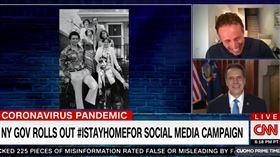 鬥嘴第2彈!主播弟曬紐約州長矬照 Andrew Cuomo,Chris Cuomo,媽寶,鬥嘴,尼龍花襯衫,黑白照片 翻攝自CNN新聞畫面