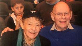 ▲紐約尼克隊的超級球迷克萊(Fred Klein)(右)。(圖/取自推特)