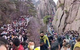 ▲清明連假中國風景區擠滿遊客。(圖/翻攝自微博)