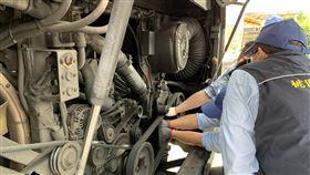 桃園業者私改大型柴油車增空污  最高罰6萬元環保署9日表示,桃園市環保局日前查獲桃園客運公司有2輛車有改裝行為,該車原設置「選擇性觸媒還原系統(SCR)」以減少氮氧化物排放,卻遭業者破壞;將依空污法開罰,最高可處新台幣6萬元罰鍰,並限期改善複查。圖為稽查員檢查SCR連接線是否正常。(環保署提供)中央社記者張雄風傳真  109年4月9日