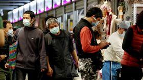 防範武漢肺炎 北市公有市場全面戴口罩(2)因應2019冠狀病毒疾病(COVID-19,武漢肺炎)疫情,台北市公有市場9日起實施全面戴口罩,希望降低任何群聚感染機會。中央社記者張皓安攝 109年4月9日