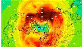 北極上空的臭氧層近日出現罕見破洞,科學家說,從太空和地面都可追蹤到這個迄今最大的大洞,但除非它往南移動,否則不會危及人類。(圖取自哥白尼大氣監控機構網頁atmosphere.copernicus.eu)