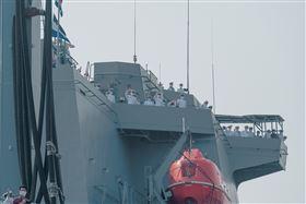 蔡英文總統9日歡迎海軍敦睦遠航訓練支隊返國,艦上的官兵也回禮。(圖/總統府提供)