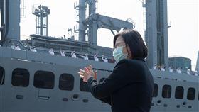 總統蔡英文9日戴著口罩歡迎海軍敦睦遠航訓練支隊返國。(圖/總統府提供)