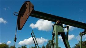 石油輸出國家組織與夥伴國9日表示,同意在5月及6月每日減產1000萬桶石油,以協助提振因武漢肺炎疫情危機而直直落的油價。(示意圖/圖取自Pixabay圖庫)