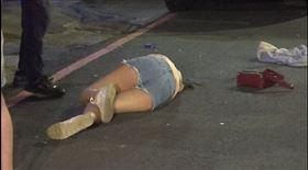 今(10)日凌晨,2名男子和友人在高雄1間酒吧前發生口角,雙方在店外互毆,其中1名女性友人見狀上前勸架卻反遭打趴在地,警方獲報,出動快打部隊到場將2名男子帶回偵訊。