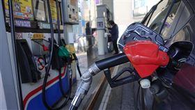 油價大跳水 汽油16日起每公升急降3.8元中油公司15日宣布,自16日凌晨零時起,汽、柴油每公升各調降新台幣3.8元及4元,創史上最高跌幅。調整後的汽油創2016年3月以來新低價,車主等到16日再加滿50公升油箱,可省下190元。中央社記者吳家昇攝 109年3月15日
