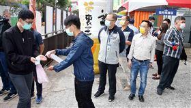 吳志揚會長與陳宜民教授視察球迷進場狀況。(圖/中職提供)
