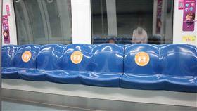 新加坡地鐵車廂內貼上安全距離貼紙新加坡落實安全距離措施,會在大眾交通系統貼上貼紙,明確標示禁坐的位子,圖為地鐵環狀線車廂9日晚間可見座位貼上安全距離貼紙。中央社記者黃自強新加坡攝  109年4月10日