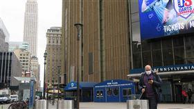 紐約麥迪遜花園廣場冷清  通勤族戴口罩全美武漢肺炎疫情蔓延,紐約市曼哈頓中城的麥迪遜花園廣場與賓夕法尼亞車站外一片冷清,通勤族戴起口罩防疫。中央社記者尹俊傑紐約攝  109年4月7日