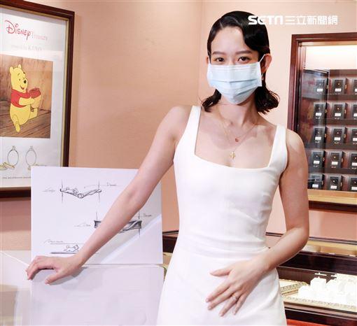 孟耿如戴著口罩出席品牌一日店長。(記者邱榮吉/攝影)